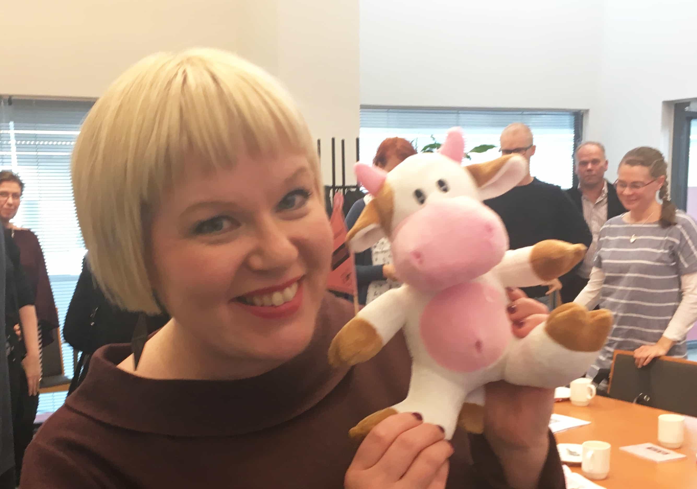 Ministeri Annika Saarikko: Pyydä apua! -nappi joka perhekeskukseen?