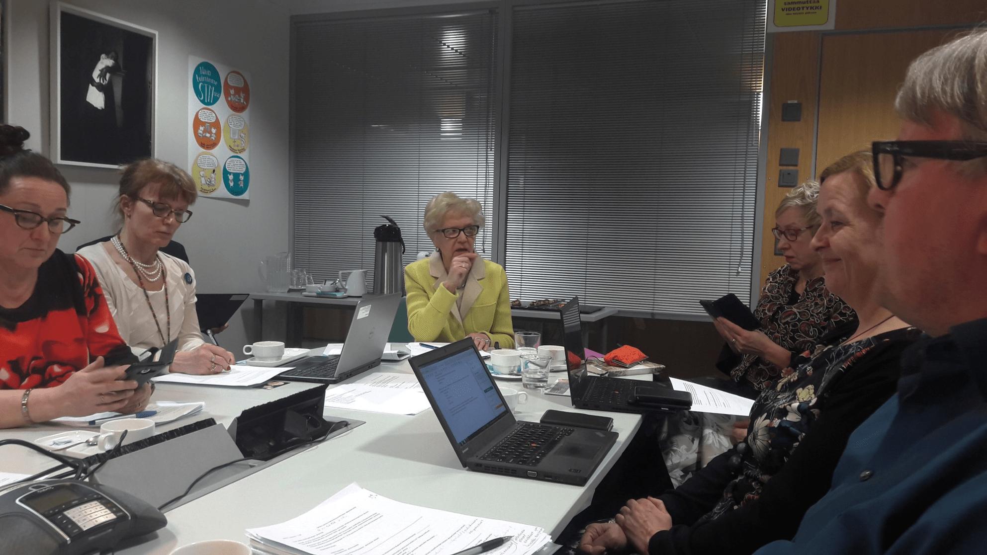 Ylisosiaalineuvos Aulikki Kananoja hakee ratkaisuja lastensuojelun kuormittavuuteen