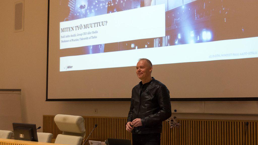 Työelämäprofessori Pauli Aalto-Setälä Mikko Hulkkosen haastattelussa.